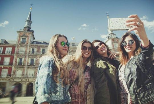 Conoce tus mejores compañeros de viaje según tu signo zodiacal - millennials-fotos-viajes-2-300x203