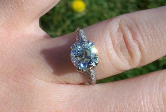 Así es cómo ha cambiado el anillo de compromiso a través de los años - historia-anillo-de-compromiso-1940-300x203