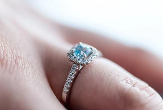 Así es cómo ha cambiado el anillo de compromiso a través de los años - historia-anillo-de-compromiso-1980-300x203