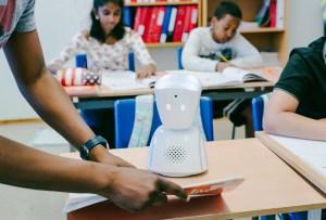 AV1 es el robot que ayudará a tus hijos a terminar sus tareas y mejorar su aprendizaje