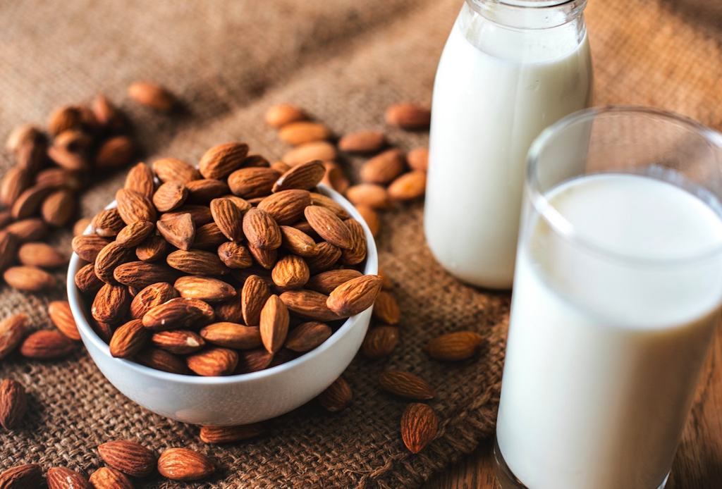 ¡Dile adiós a la migraña! 5 tratamientos naturales para combatirlo - receta-leche-de-almendras-1024x694