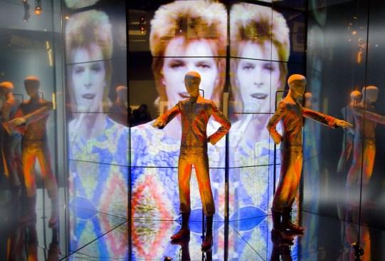 """La exposición """"David Bowie Is"""" estará disponible en una app de VR para tu smartphone - david-bowie-is-exposicion-app-realidad-virtual-1-300x203"""