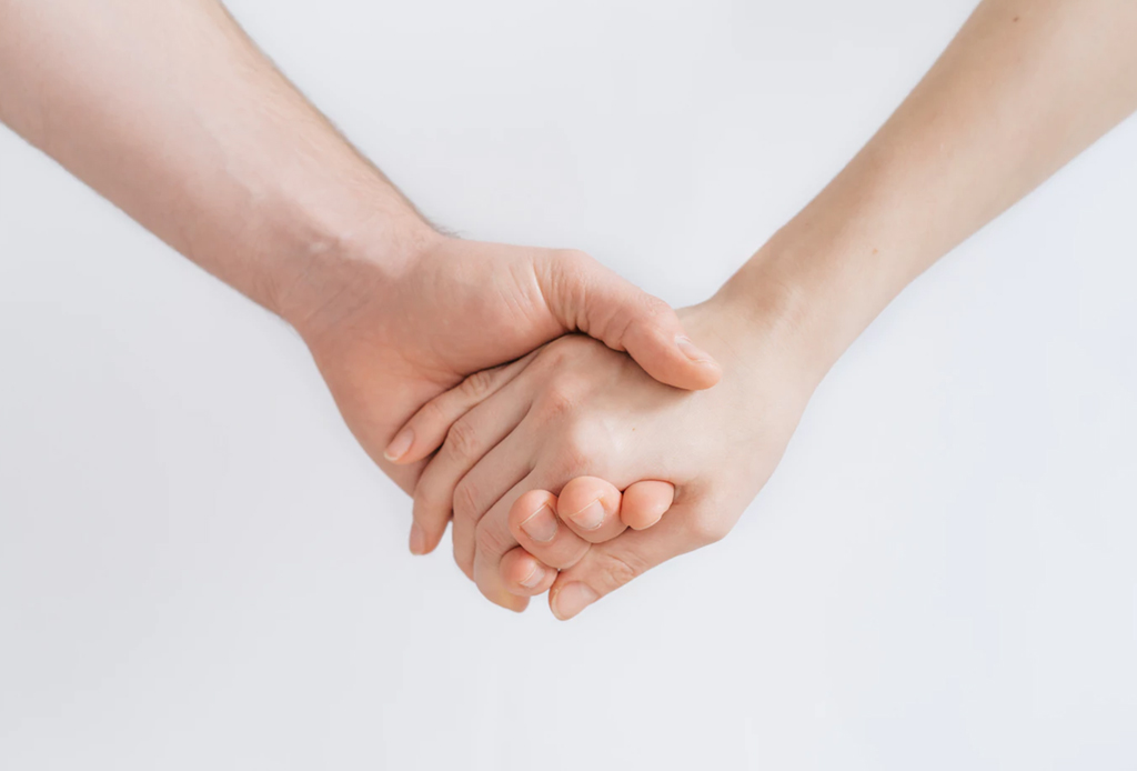 Cómo lidiar con la energía negativa de otras personas - ayudar-a-los-demas-beneficios-salud-1-1024x694