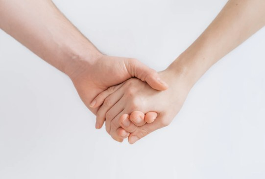 ¿Sabes cuáles son los efectos en tu cerebro que suceden cuando ayudas a alguien? - ayudar-a-los-demas-beneficios-salud-1-300x203