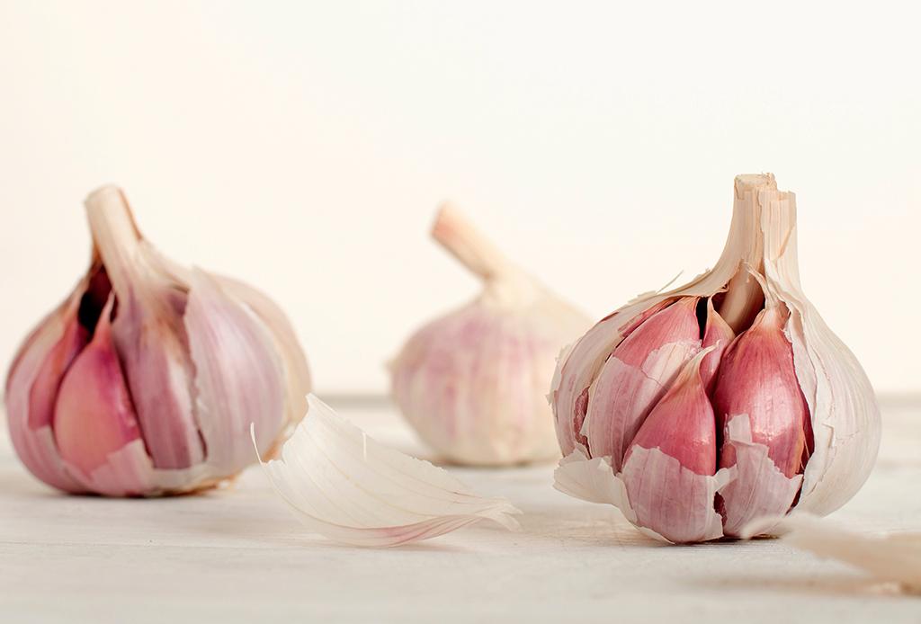 De acuerdo a un nuevo estudio, la cebolla y el ajo pueden reducir el riesgo de cáncer de mama - ajos-1024x694
