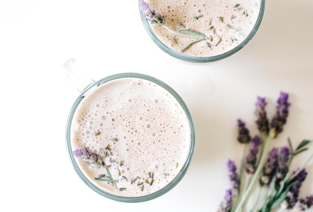 Prepara esta leche infusionada con lavanda que te ayudará a dormir mejor