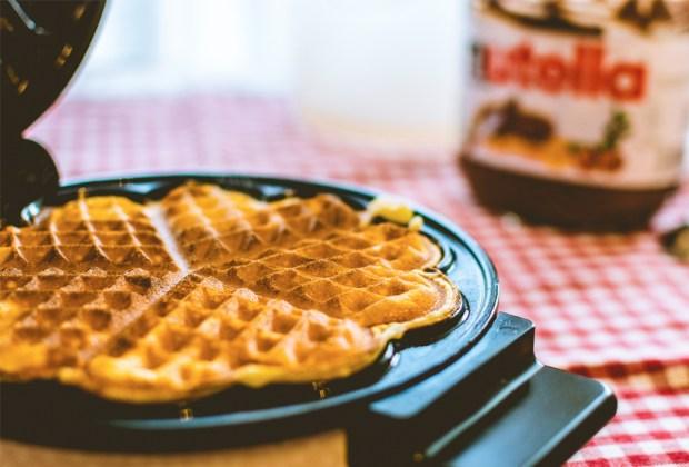 5 gadgets esenciales para hacer deliciosos y sencillos postres en casa - waffle-maker-vitamix-1024x694