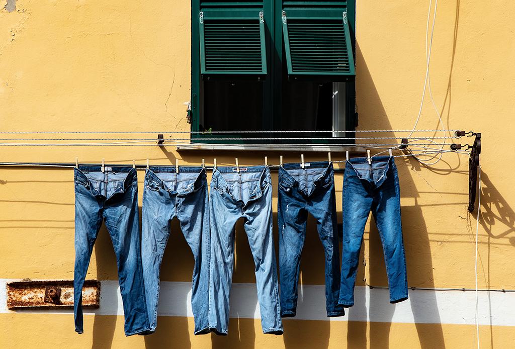 Tips para lavar tus jeans y mantenerlos como nuevos por más tiempo - lavar-jeans-4-1024x694