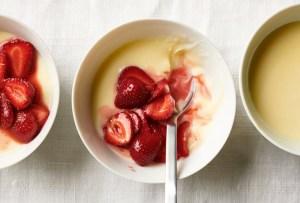 Prepara esta deliciosa natilla de limón con fresas