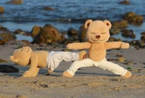 Este oso de peluche le enseña  yoga y meditación a tus hijos