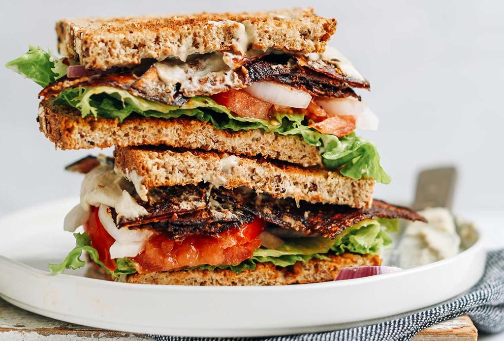 Sándwich de tocino vegano hecho con berenjena, para una tarde sin culpa