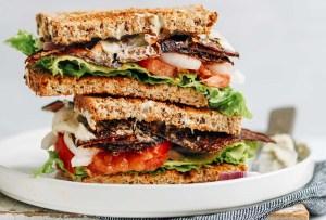 Compartimos contigo la receta de un delicioso sándwich de tocino vegano hecho con berenjena