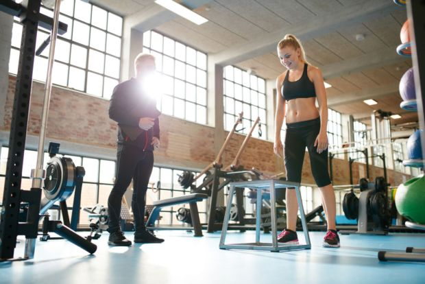Beneficios de tener un entrenador personal - woman-exercising-with-a-personal-trainer-psllspm