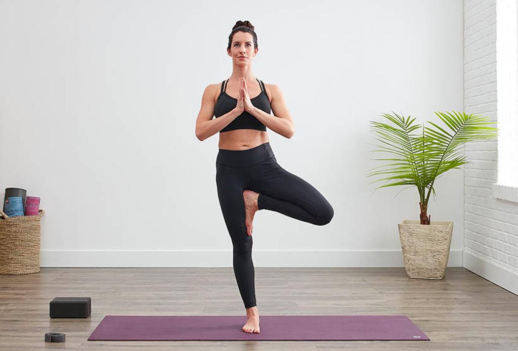 Haz esta secuencia de yoga para alinear tus chakras - yoga-chakras-6-1024x694