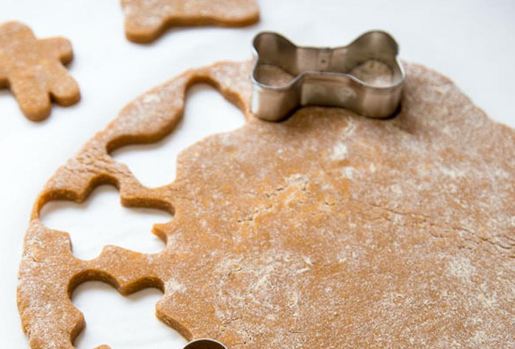 Consiente a tu mascota en Navidad con estos premios de temporada hechos en casa - galletas-perro-2