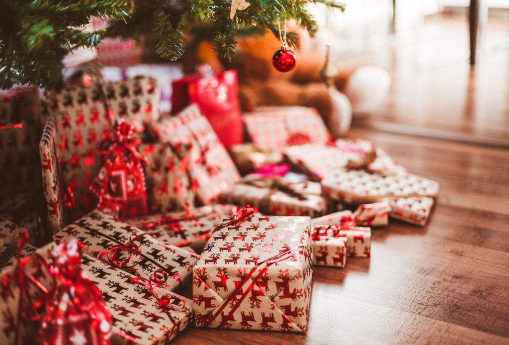 Maneras de hacer tus celebraciones de navidad más sustentables - regalo-navidad