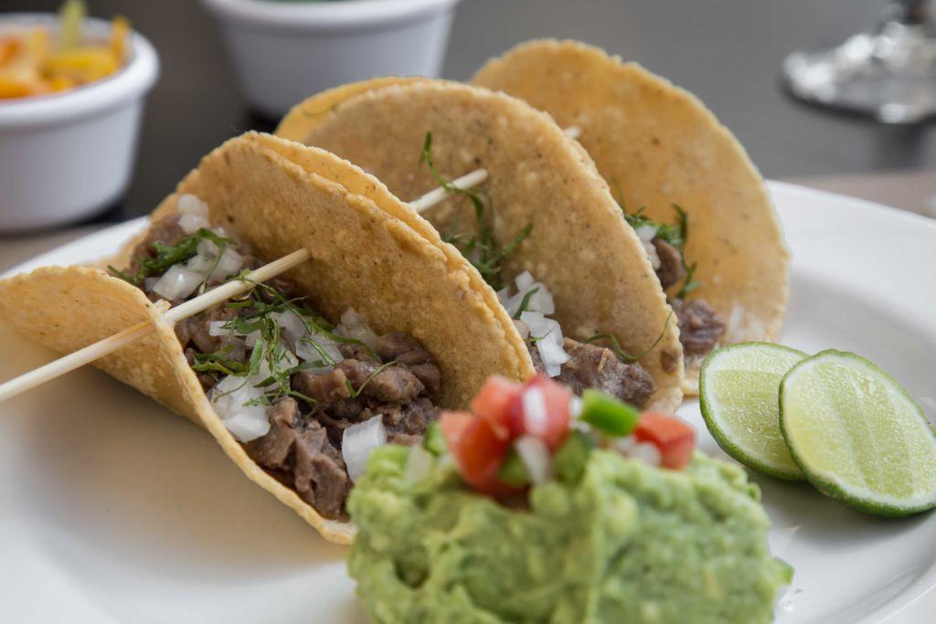 Las delicias de Lampuga Bistro, el hotspot que tienes que conocer en Miyana - tacos-de-carnitas-de-rib-eye