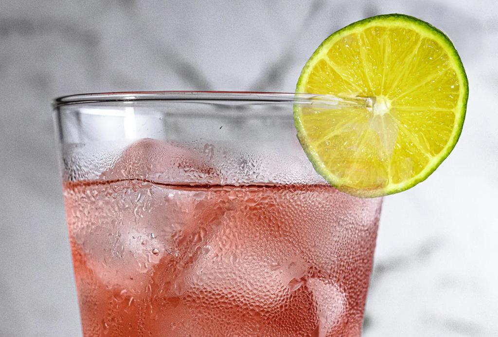 ¿Te propusiste dejar de beber alcohol este año? Checa estas 3 sanas alternativas
