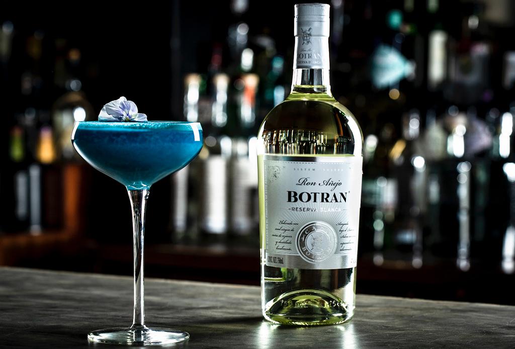 Este drink sabe al color del año: Pantone Classic Blue 19-4052, ¿lo probarías? - botran-classic-dawn-punch