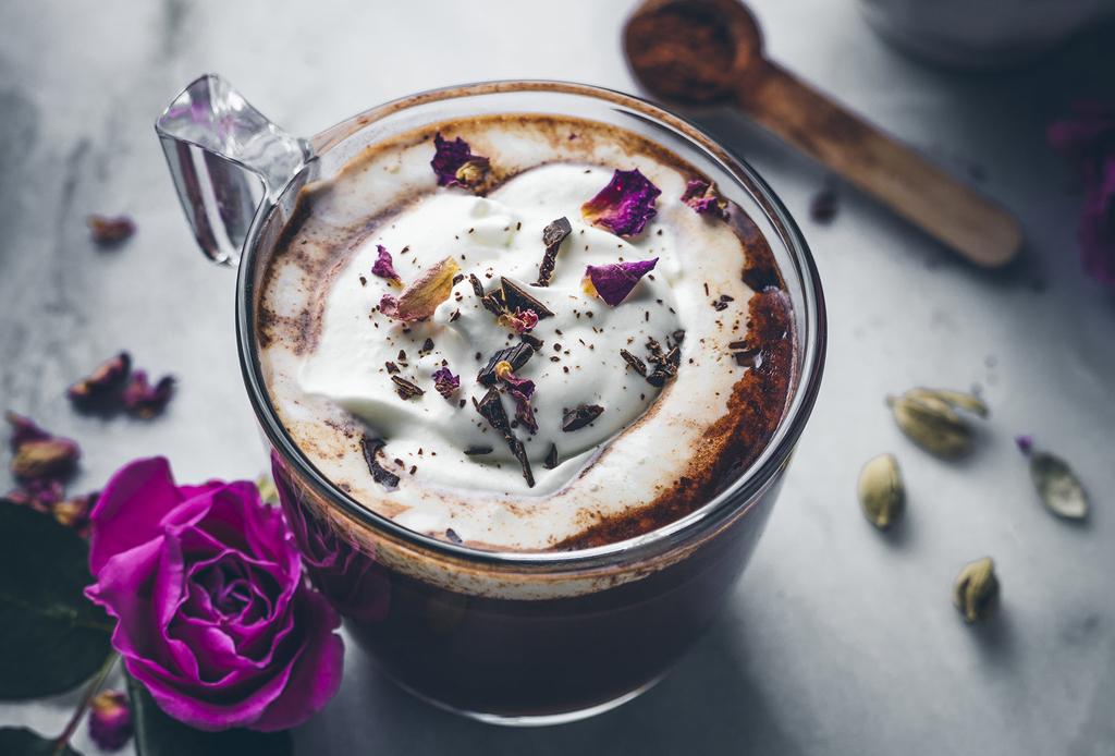 Prepara este chocolate caliente con rosas y cardamomo para las tardes de invierno - chocolate-caliente-cardamomo-rosas