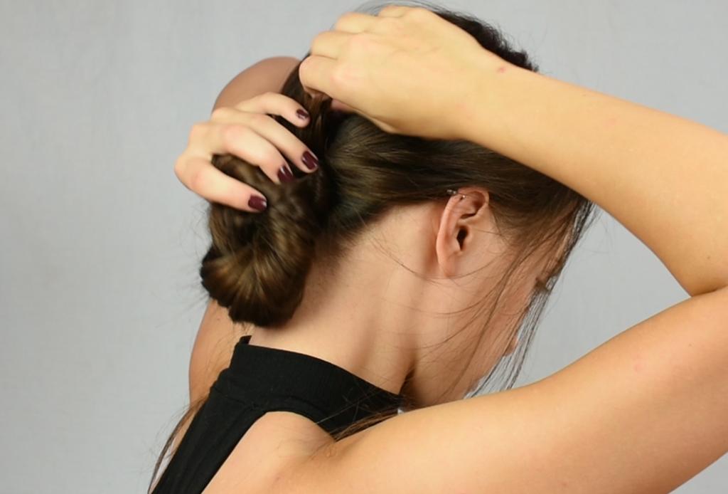 7 peinados que te ahorrarán tiempo en la mañana - chongo-bajo