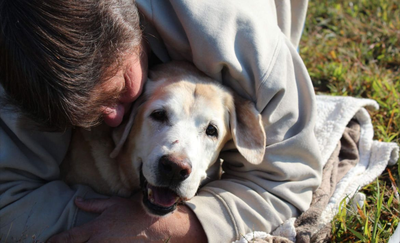 ¿Cómo afrontar la pérdida de tu mascota? - abrazo-perro