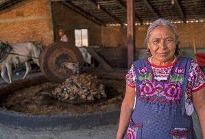 Conoce a Berta Vasquez. La primera mujer mezcalera en el club de mezcal, Maguey Melate