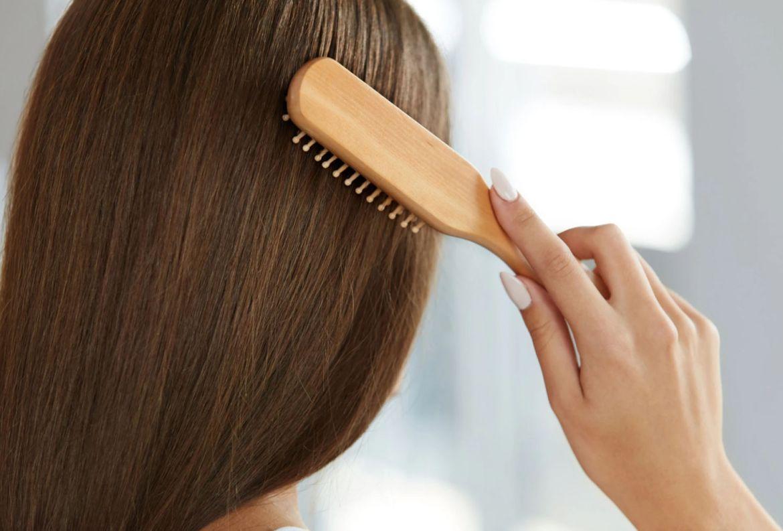 5 pasos para tu beauty look antes de cualquier reunión online - cepillar-pelo-ponytail-perfecta