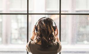 ¿Sabes que es la música en 8D? Hicimos una playlist que te va a hipnotizar