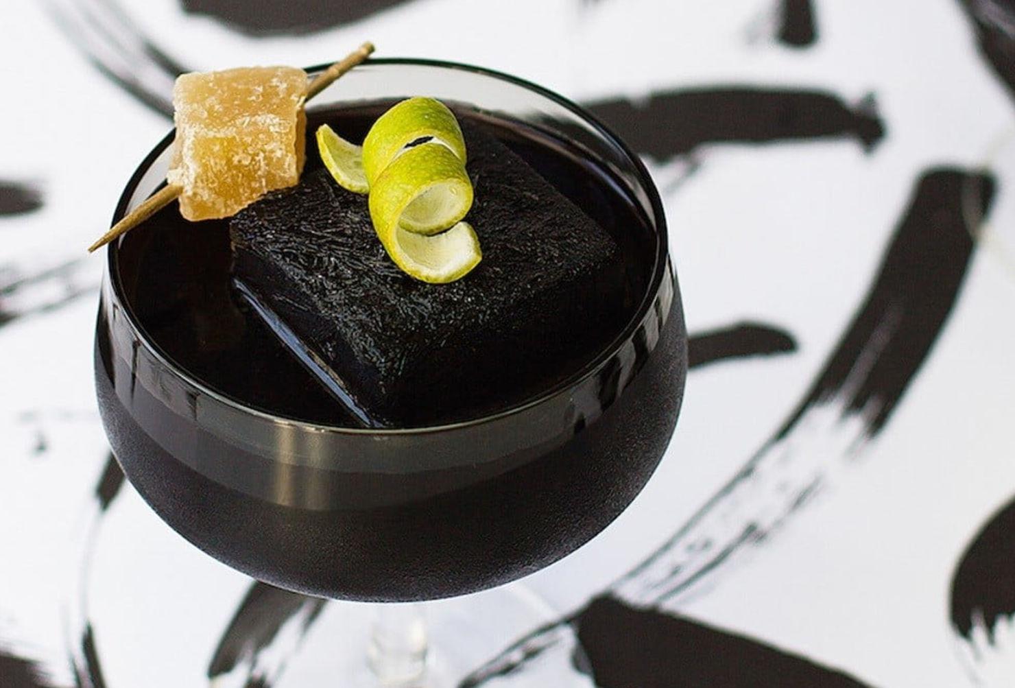 ¡Hora de experimentar con el carbón activado! Intenta estos black drinks