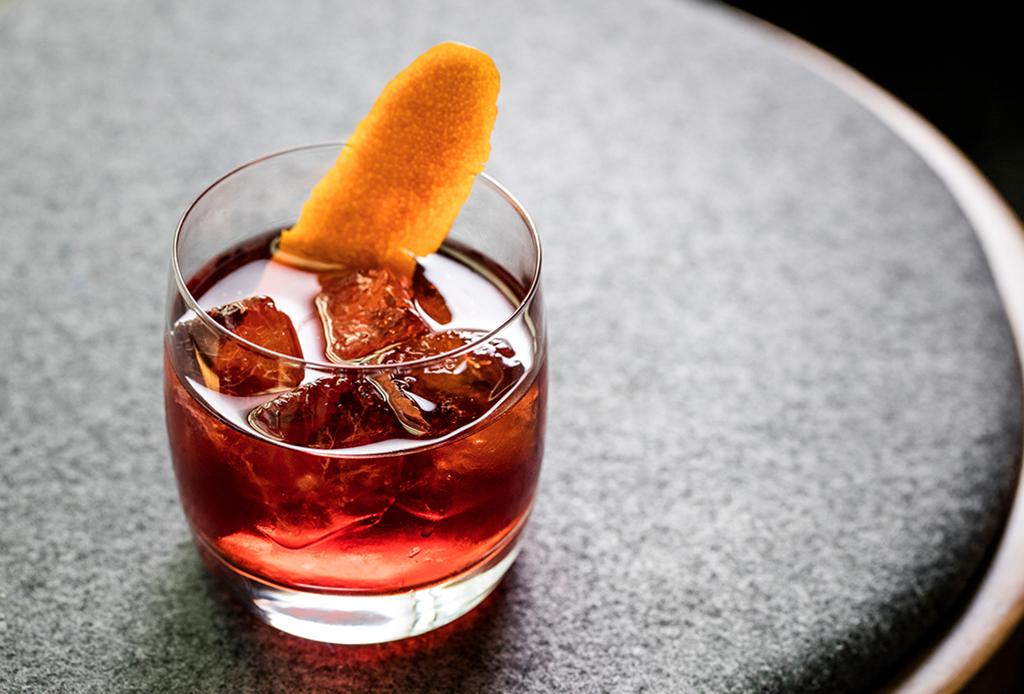 ¿Antojo de un drink diferente? Prepara este delicioso Negroni ¡con mezcal! - negroni-mezcal-1