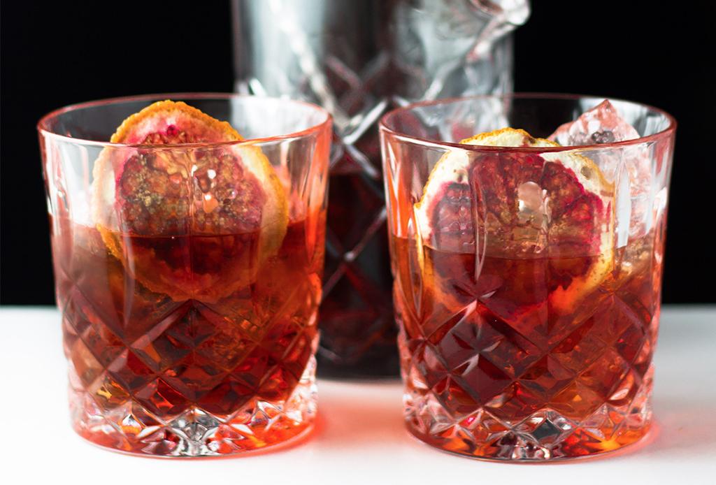 ¿Antojo de un drink diferente? Prepara este delicioso Negroni ¡con mezcal!