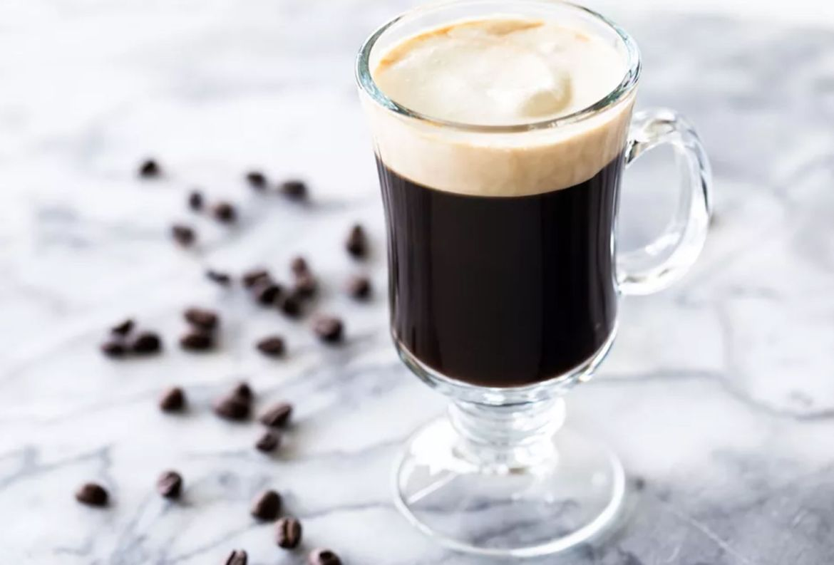 Prepara estos drinks con café para el Home Office, estamos en cuarentena y ¡se vale! - receta-irish-coffee