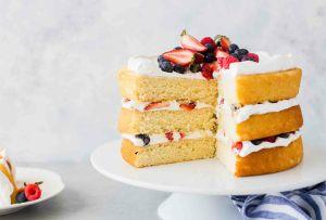 Ahora que todos somos chefs, este layer cake de fresas y vainilla debe ser tu próximo reto