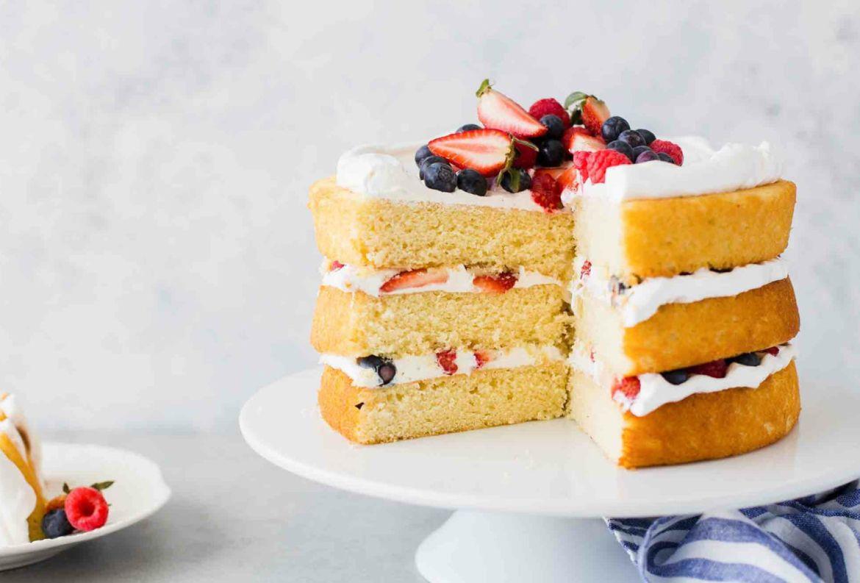 5 envíos que puedes hacerle a tus abuelos para recordarles lo mucho que los amas - receta-pastel-de-capas-fresas-y-vainilla