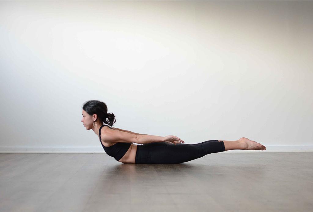 7 posturas de yoga (fáciles) para aliviar la espalda de las horas de home office - yoga-espalda-6