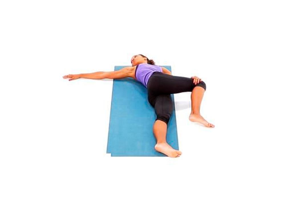 7 posturas de yoga (fáciles) para aliviar la espalda de las horas de home office - yoga-espalda-7