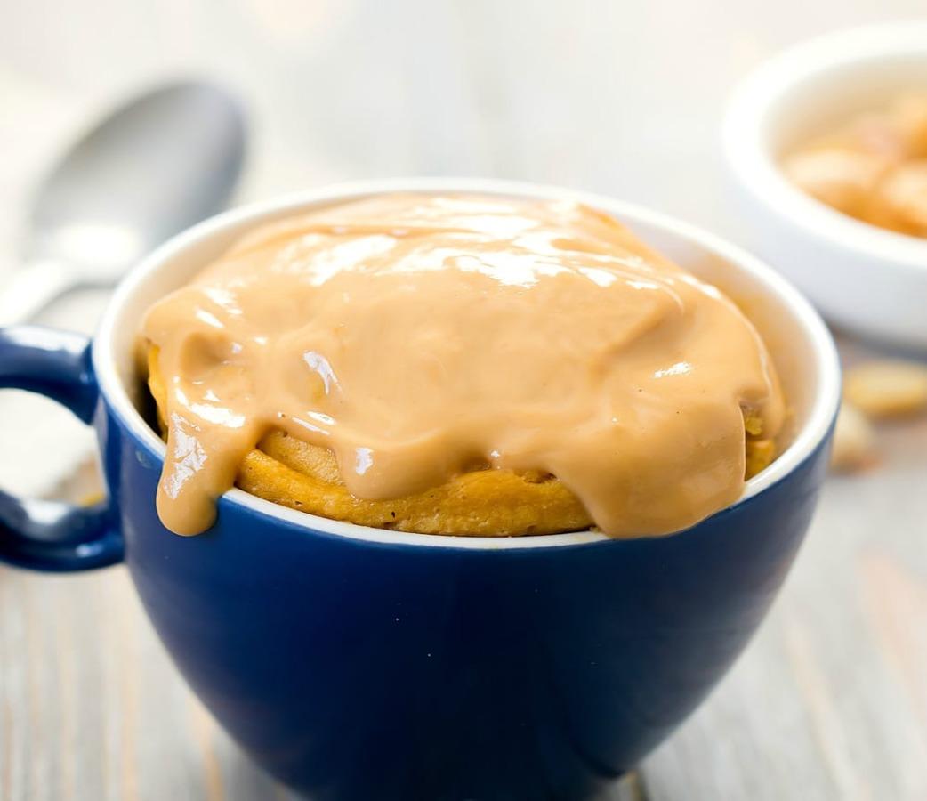 Tres mug cakes SIN HUEVO en menos de 5 minutos - crema-de-cacahuate