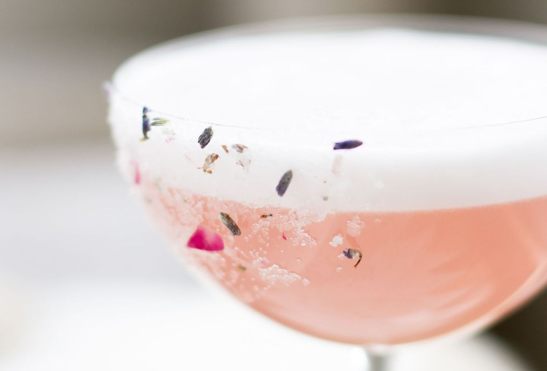 Tenemos la receta para un refrescante Gin Sour con jamaica ¡facilísima! - gin-sour-jamaica