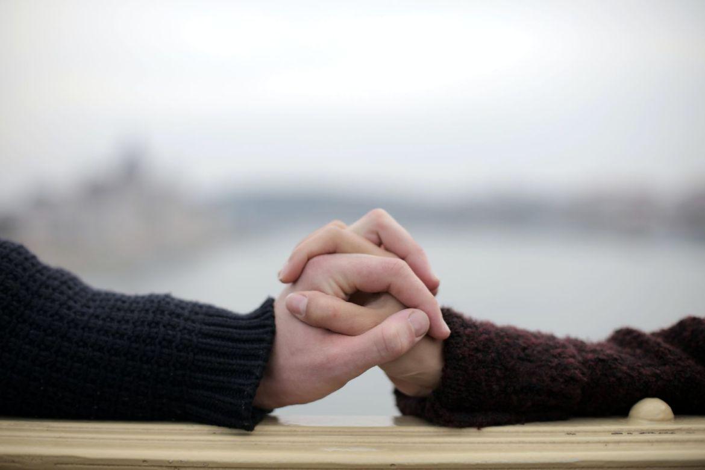 El arte de tratarnos bien - unrecognizable-crop-couple-holding-hands-on-metal-railing-on-3973943