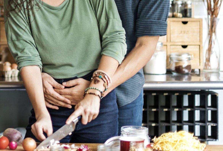 5 beneficios de cocinar en pareja para ponerte a practicar desde ya - beneficios-cocinar-pareja-7
