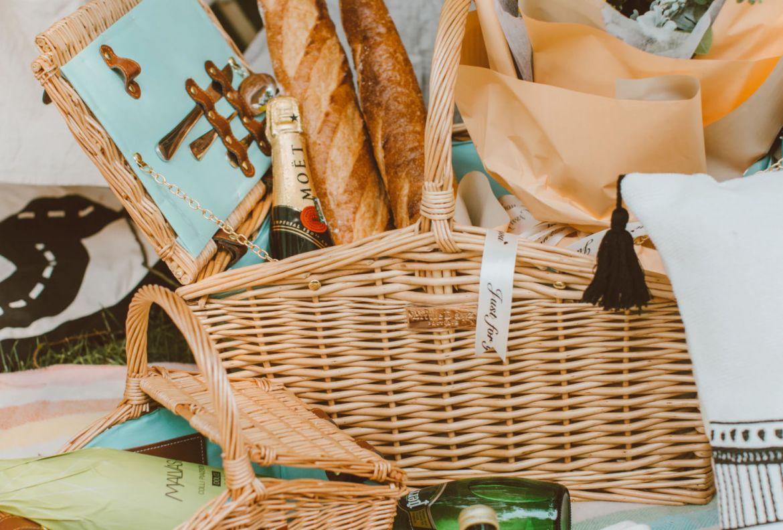 5 básicos para un picnic perfecto en tu jardín - canasta-picnic-en-casa