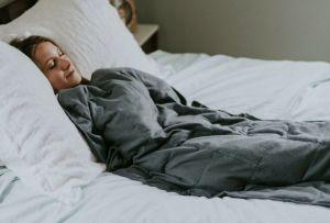 Las mantas con peso pueden ayudarte a reducir la ansiedad ¡estas son las razones para conseguirte una!