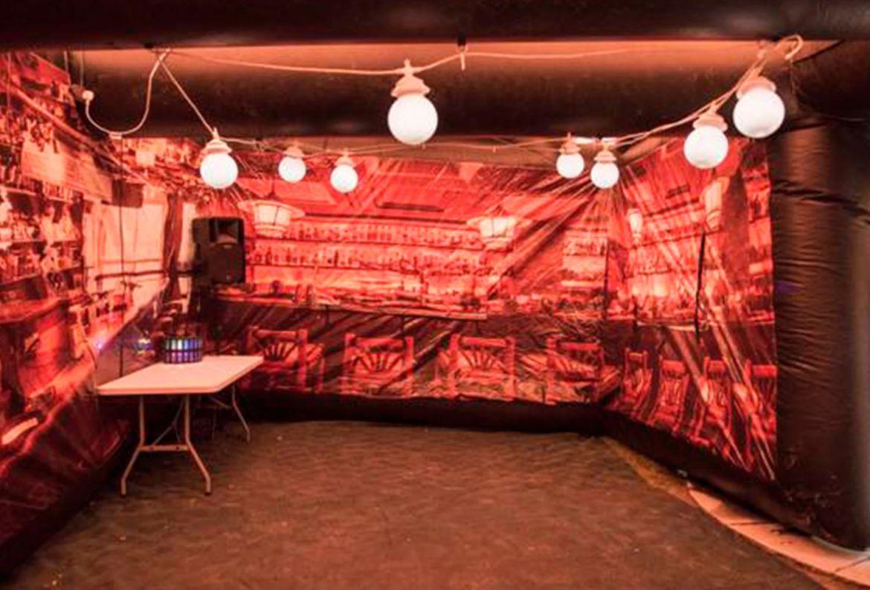 ¡Adiós aburrimiento! Necesitas este bar inflable para tu jardín - the-manchester-inflatable-pub-company-1