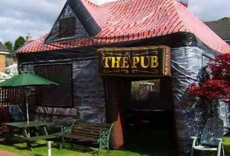 ¡Adiós aburrimiento! Necesitas este bar inflable para tu jardín - the-manchester-inflatable-pub-company-2