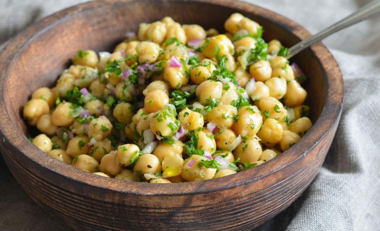 Razones para hacer de los garbanzos tu alimento favorito - garbanzo-ensalada
