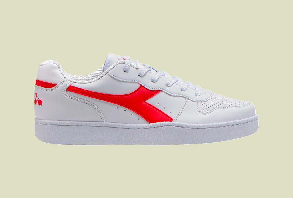 Los 7 zapatos más versátiles que todo hombre debe tener - tenis-blancos-liverpool