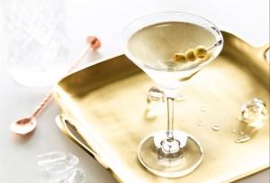 Prepara el clásico dirty martini en ¡4 pasos!