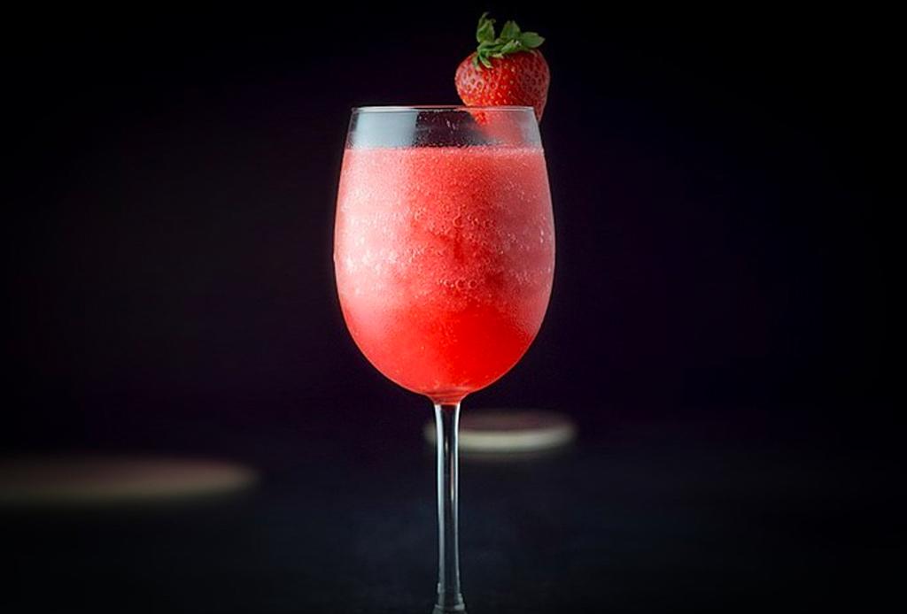 5 recetas de cocteles muy fáciles para disfrutar el verano 2020 - vino-rosado-cocteles-verano
