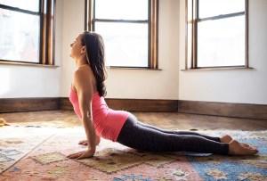 Llénate de energía con esta secuencia de yoga en menos de 15 minutos